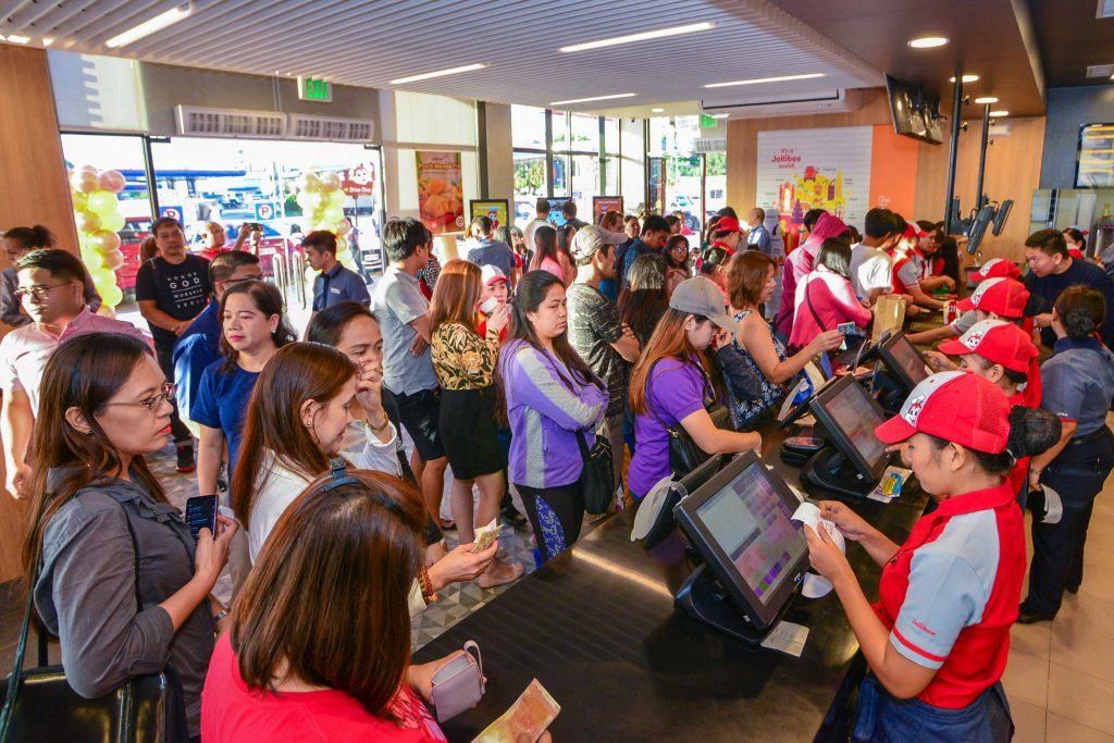 Eager customers line up this morning at Jollibee Petron SLEX Southbound to get their Jollibee favorites and enjoy a leveled-up store experience.